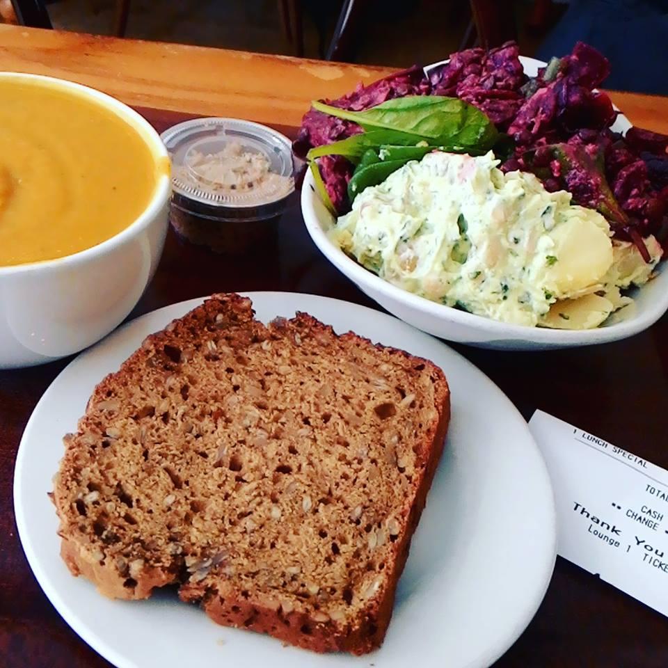 愛爾蘭美食尋找愛爾蘭素食餐廳 Irish Best Vegetarian or Vegan Restaurants in Dublin Ireland Soup with Bread meal in Cornucopia Dublin